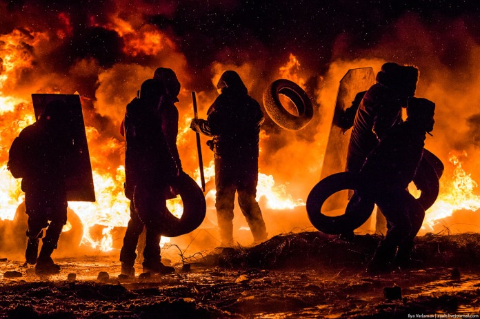 The fire is constantly fed by more tires. The smoke screen must be dense! At one point Berkut attempted to feel out the protestors from a hill using a powerful projector.