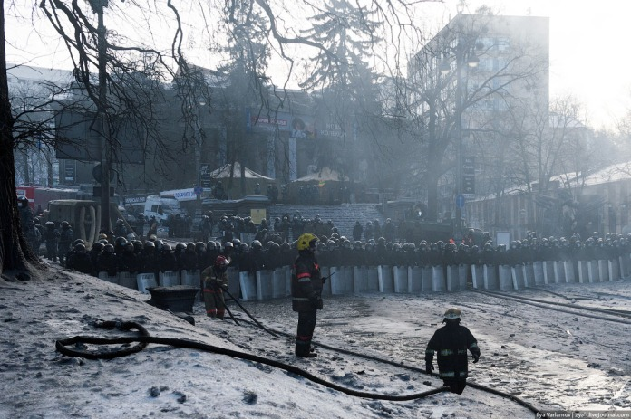 Though Berkut troops could now be seen standing angry and soaked in smoke. Throughout the truce I spotted no provocations from either side.