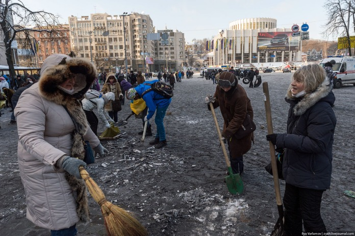 People hammer the packed, ashy snow, then load it to sacks and bring to the barricades. Snow serves as the main building material here. Sacks are poured over with water – the monolithic icy barricades which result are very difficult to destroy.