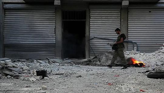 Aleppo in Schutt und Asche. Ein Kämper der FSA,  2013