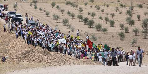 Thousands march in Suruç at the border with Kobanê to demonstrate their solidarity with the people there